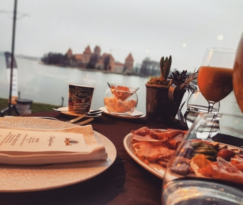 Le petit déjeuner avec vue