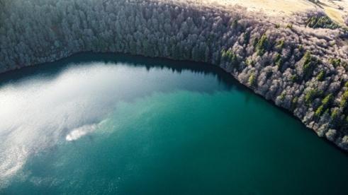 Le lac Pavin vu depuis un drone