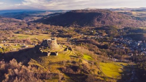 Vue sur Murol et son château